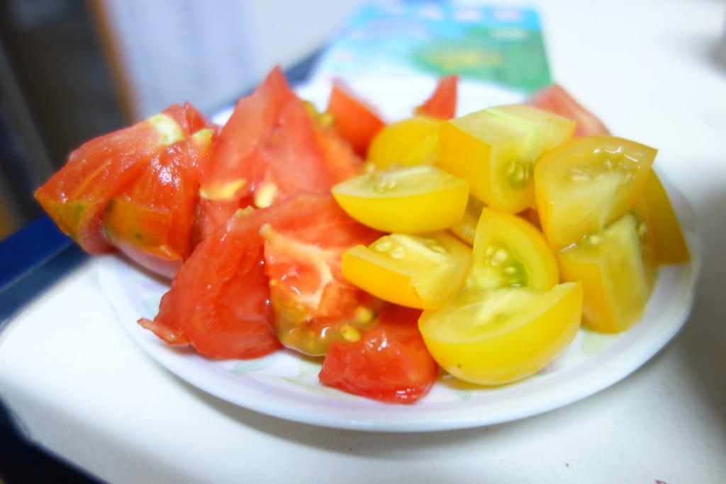 トマトを切って皿にのせたところ