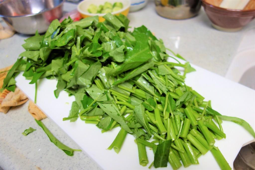 包丁で切った空芯菜