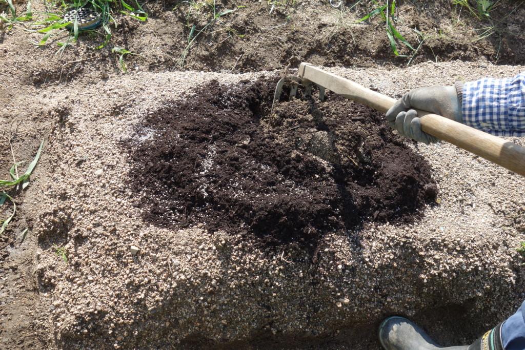 バーク堆肥と888を入れて軽く混ぜ込んでいる様子
