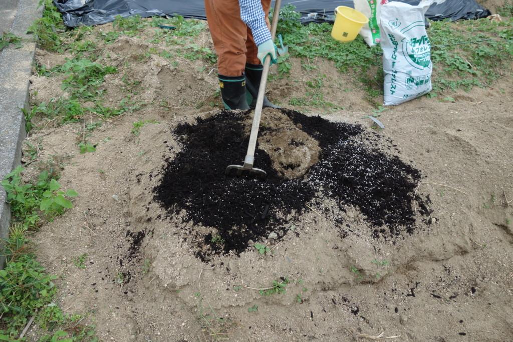 堆肥と肥料を投入し混ぜ込む