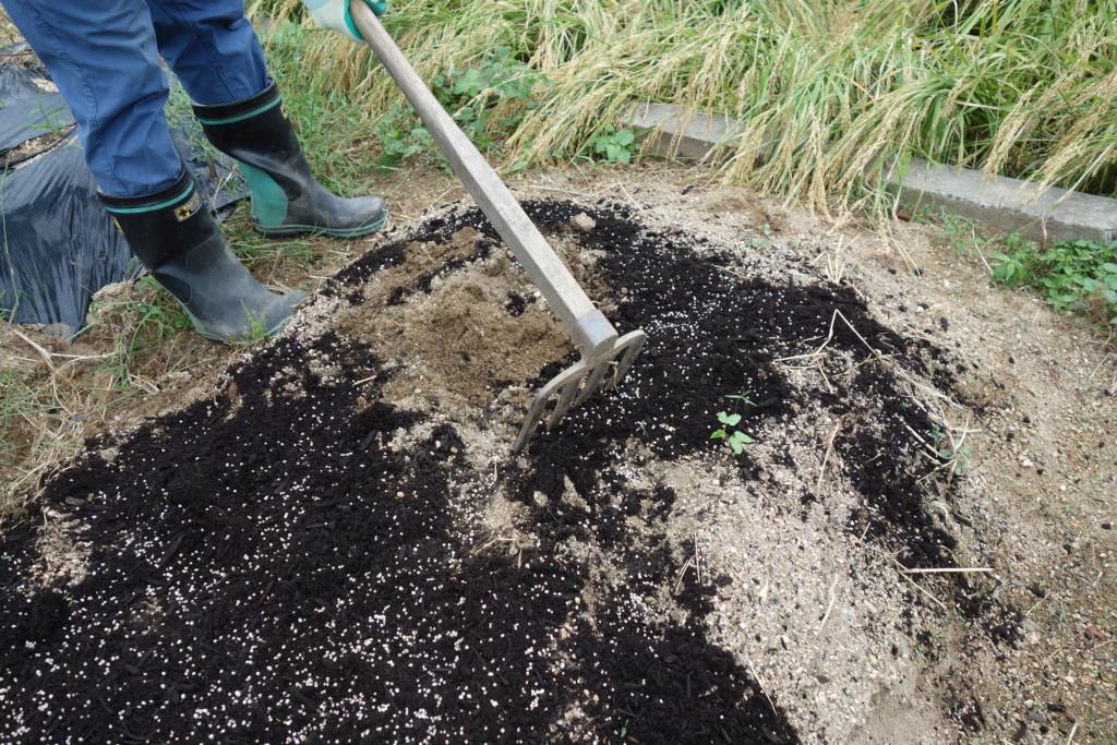 肥料を入れ耕している様子