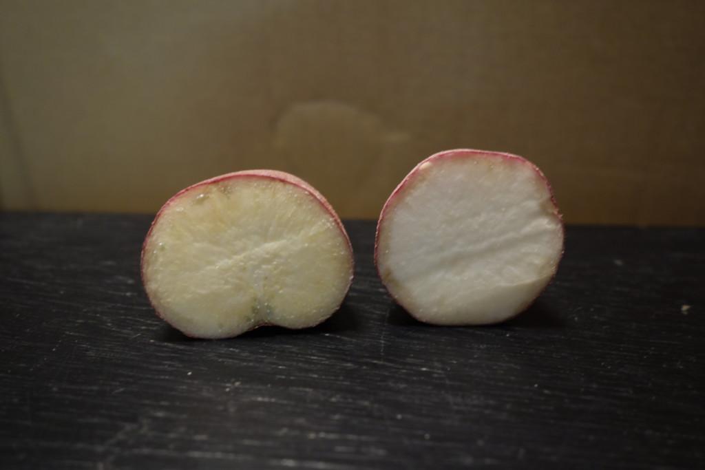 中身が真っ白な芋(左が通常、右が白)